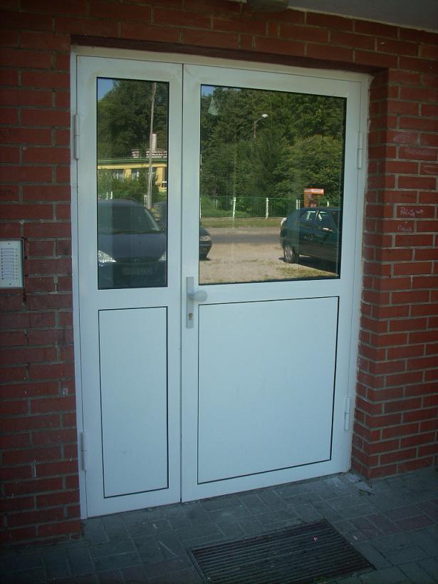 Drzwi wejściowe do klatki schodowej